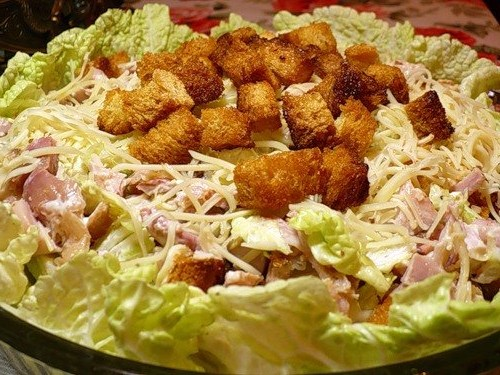 Легкий салат с сухариками рецепт